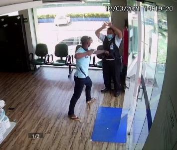 Vídeo mostra bandido roubando a arma de um vigilante em Manaus; Veja o vídeo