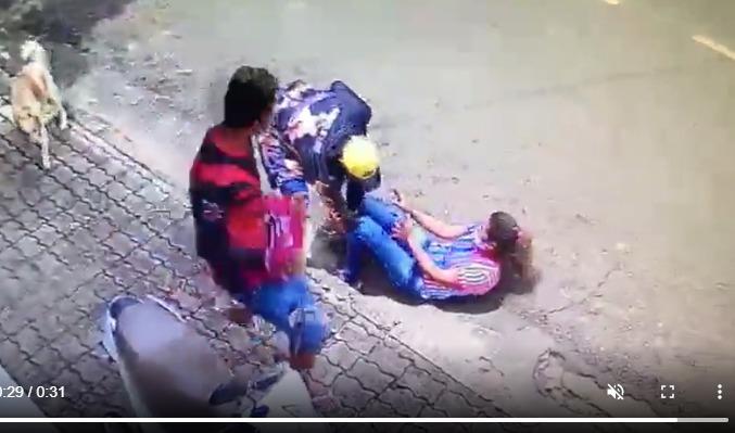 Vídeo mostra mulher sendo agredida ao tentar fugir de homens que assaltaram o escritório em que ela trabalha em Manacapuru; Veja o vídeo