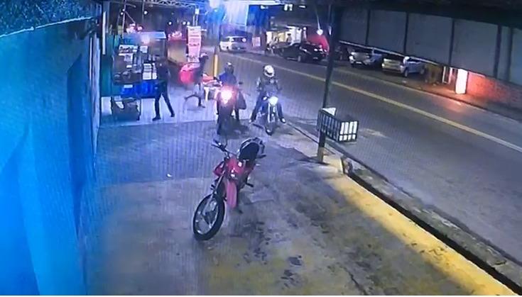 Polícia pede ajuda para identificar assaltantes vestidos de entregador de delivery que voltaram a fazer duas vítimas no Novo Aleixo; Veja o vídeo
